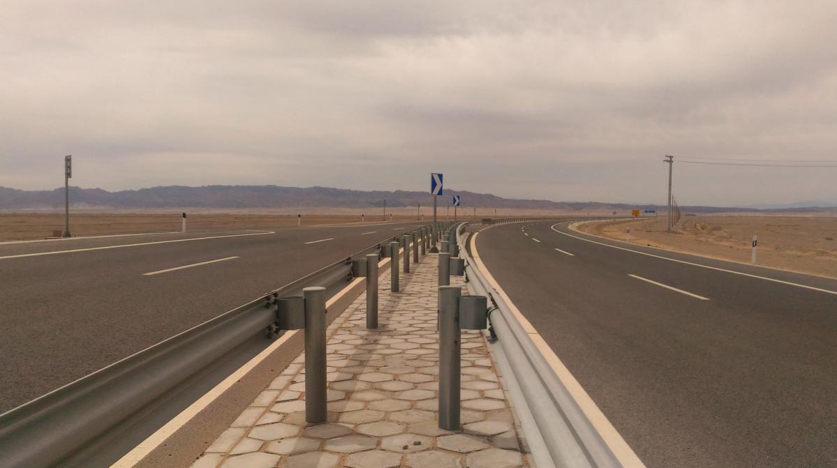 route dans le désert de gobi en chine