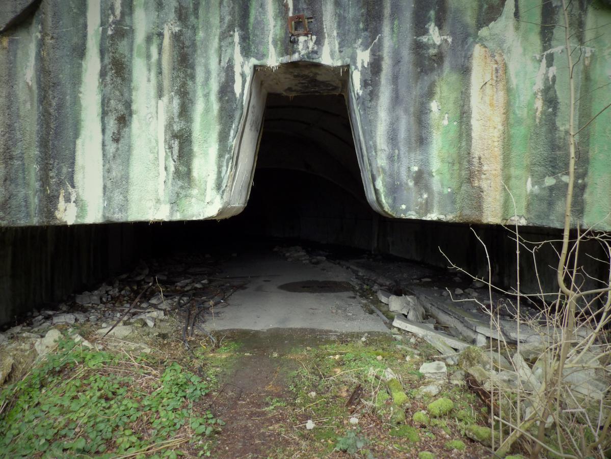 L'entrée de l'un des tunnels de la base