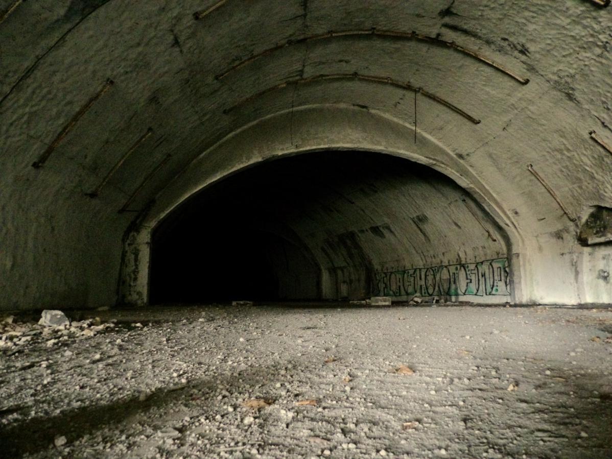 exploration urbaine dans une base militaire abandonnée en croatie
