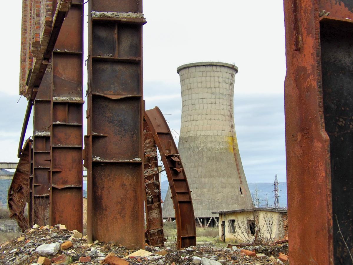 Une centrale électrique abandonnée, mais toujours debout!
