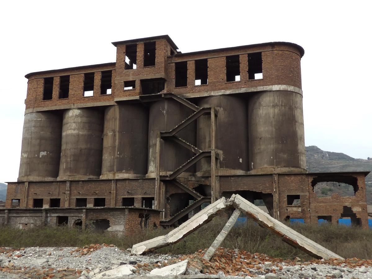 exploration urbaine d'une friche industrielle en albanie