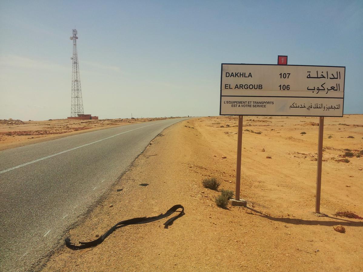 route de dakhla au maroc dans le sahara