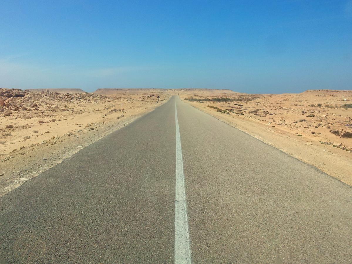 route dans le sahara et auto-stop au maroc