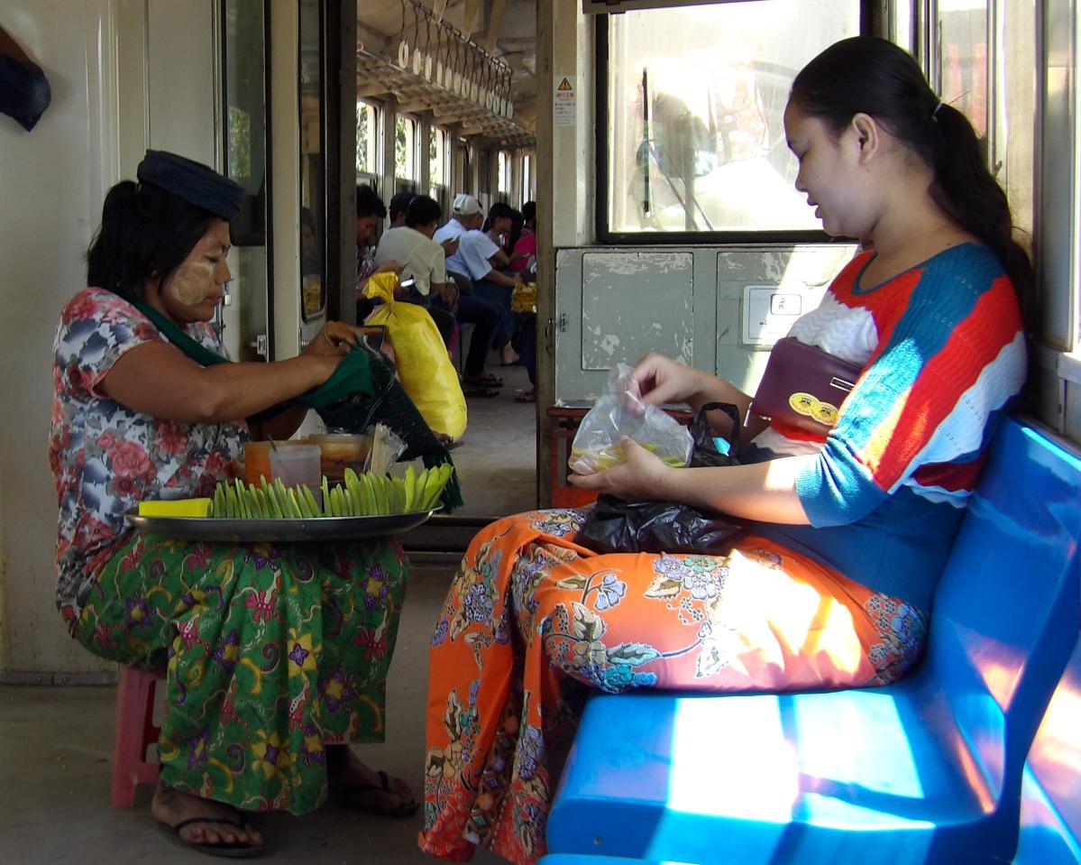 Yangon au Myanmar, vendeuse dans le train circulaire