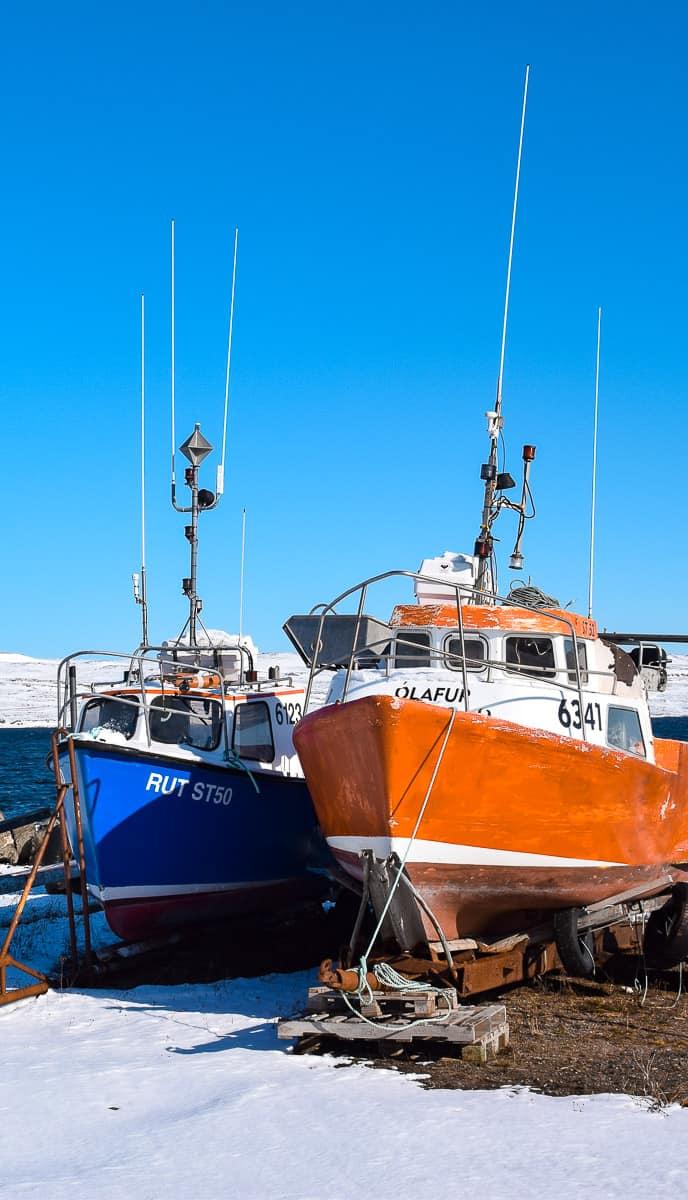 Bateaux mis à l'abri pour l'hiver, dans les fjords de l'Ouest en Islande