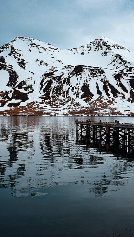 Port d'Húsavík, en Islande : une magnifique petite ville qui vit encore de la pêche. Carnet de voyage de ma traversée de la route 1 en auto-stop, sous tente et en plein hiver... | Histoires de tongs, le blog voyage passionnément alternatif