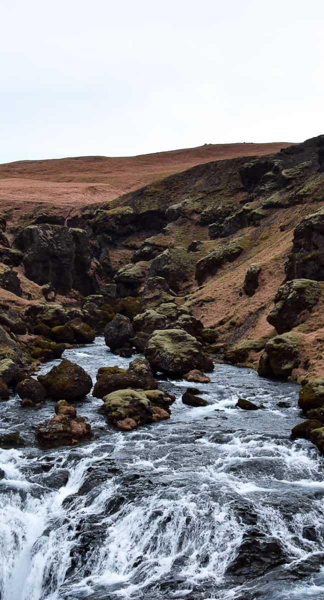 Randonnée près des chutes de Skógafoss en Islande